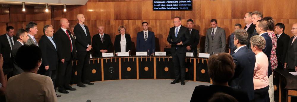 Képviselő-testület: eskütétel, bizottságok